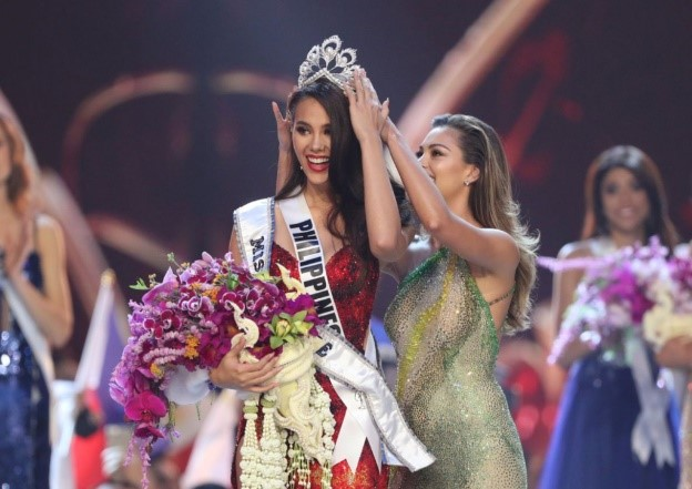 Photo of Catriona Gray being crowned Miss Univers 2018