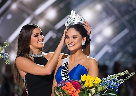Photo of Pia Wurtzbach being crowned Miss Universe 2015